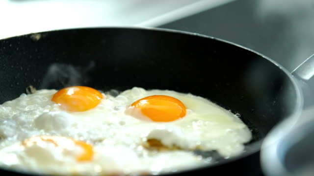 cooking breakfast. - prima colazione video stock e b–roll