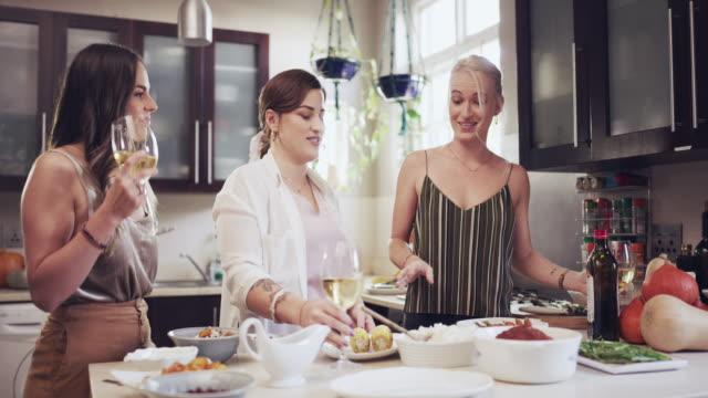 料理はみんなを結びつける - ディナーパーティー点の映像素材/bロール