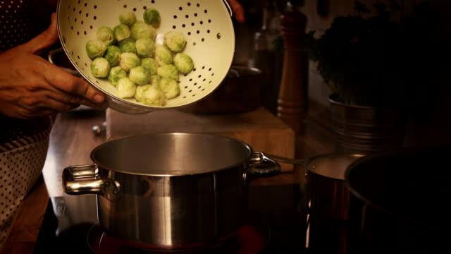 vídeos y material grabado en eventos de stock de bruselas sprouts cocina - estereotipo de géneros