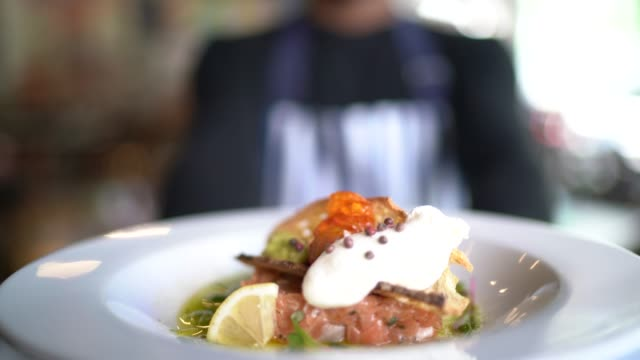 vídeos de stock e filmes b-roll de cooking chef showing dish - servir comida e bebida