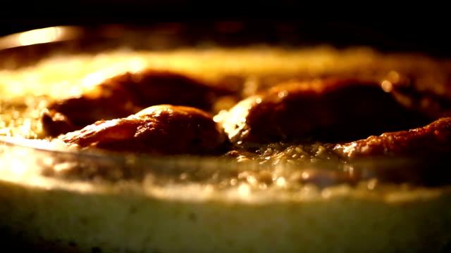 vidéos et rushes de cuisine de poulet. - plat