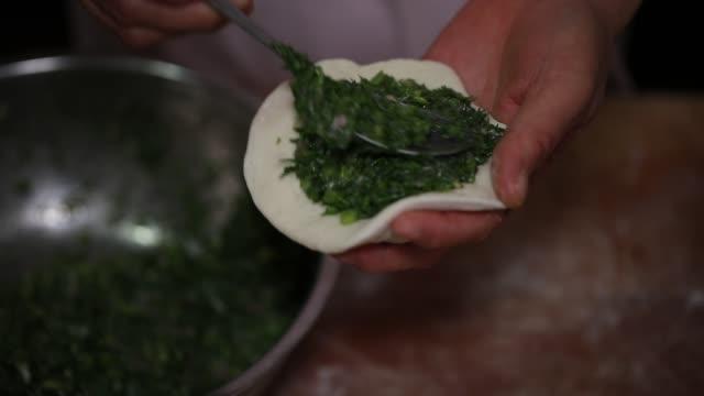 vídeos de stock e filmes b-roll de cooking chinese bun(baozi) - beliscar