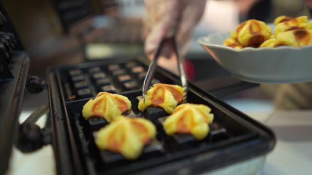 vídeos y material grabado en eventos de stock de cocinar deliciosos gofres belgas para el desayuno - gofre belga