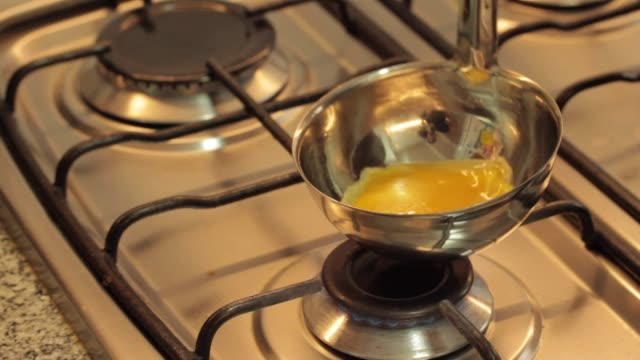 vídeos y material grabado en eventos de stock de cooking eggs in a ladle and serving a mini omelette - cucharón