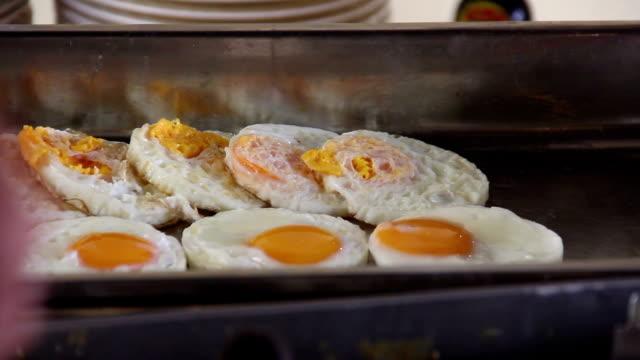 vídeos y material grabado en eventos de stock de huevos de cocina - huevos fritos de un solo lado