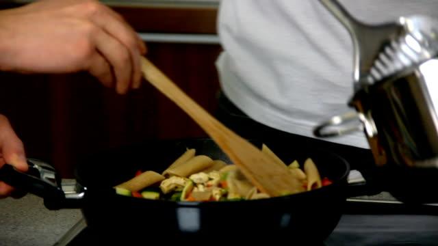 hd: cucinare cibo in cucina elegante - mestolo video stock e b–roll