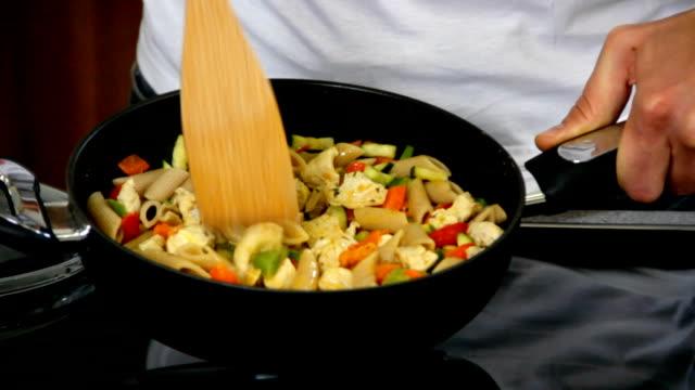hd :スタイリッシュなキッチンで調理するお料理 - お玉点の映像素材/bロール