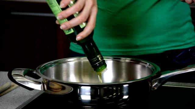 hd: küche speisen in stilvollen küche - schüssel stock-videos und b-roll-filmmaterial