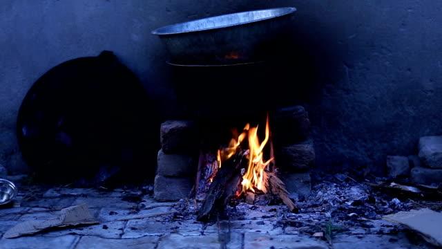 vidéos et rushes de cuisson des aliments sur le coeur - fumer du tabac