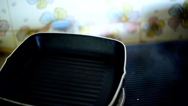vídeos de stock, filmes e b-roll de cozinhar ovos fritos, omelete - crocante