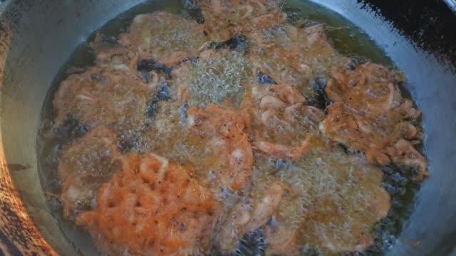 Cooking fried prawn in hot pan