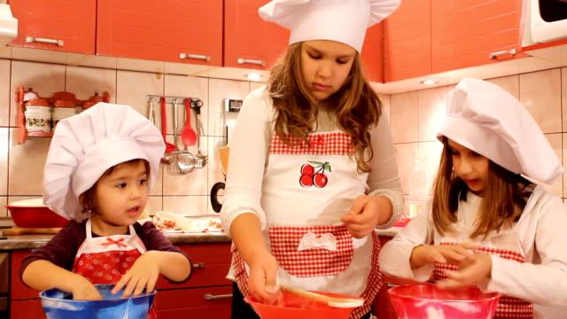 kochen mädchen (hd - nur mädchen stock-videos und b-roll-filmmaterial