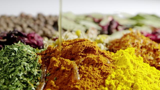 stockvideo's en b-roll-footage met koken kruiden olie slowmotion voedsel ingrediënt smakelijke kruiden gieten - curry powder