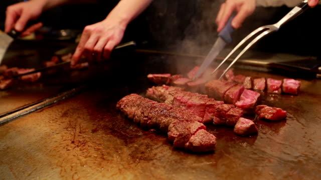 vídeos y material grabado en eventos de stock de cocinar bistecs de carne de res kobe - carne de vaca
