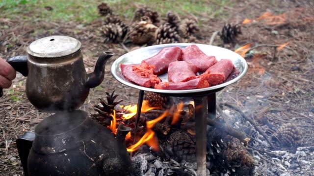 kochen fleisch am lagerfeuer - teekessel stock-videos und b-roll-filmmaterial