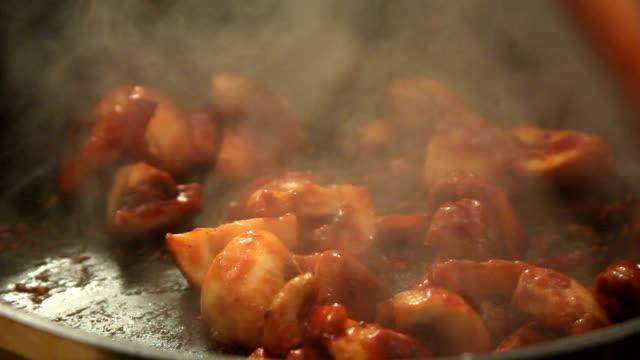 cucina funghi - salsa di pomodoro video stock e b–roll