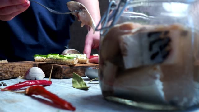 kochen von hering sandwiches - teller stock-videos und b-roll-filmmaterial