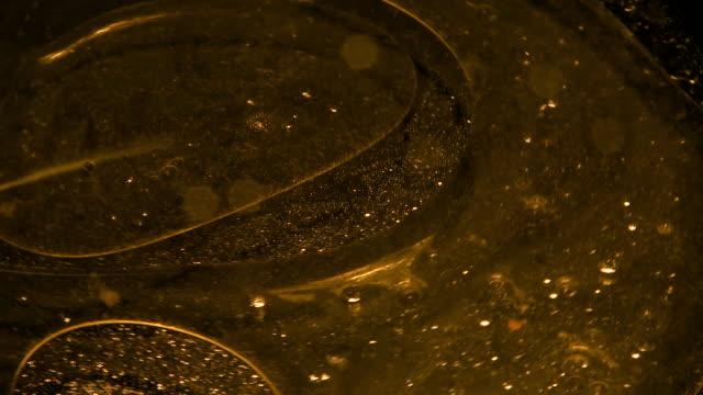 cooking oil in stove top pan - オリーブ油点の映像素材/bロール