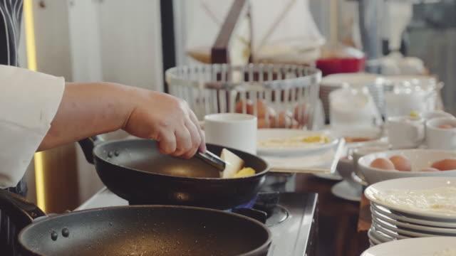 vidéos et rushes de cuisson omelete - cuisinière