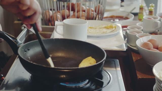 vídeos de stock, filmes e b-roll de cozinhar omelete - ovo mexido