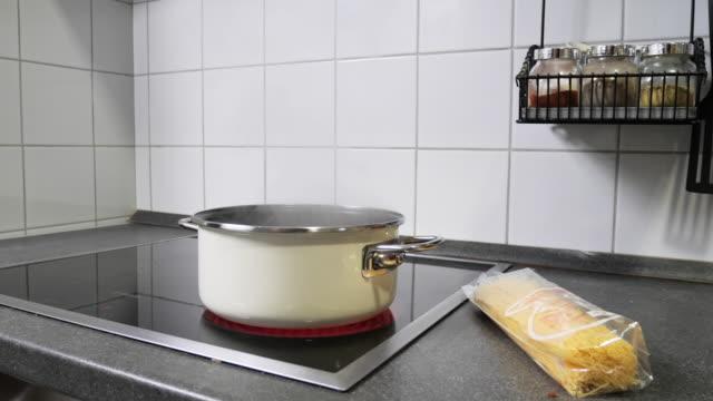 vídeos y material grabado en eventos de stock de cocinar en la estufa - acero inoxidable