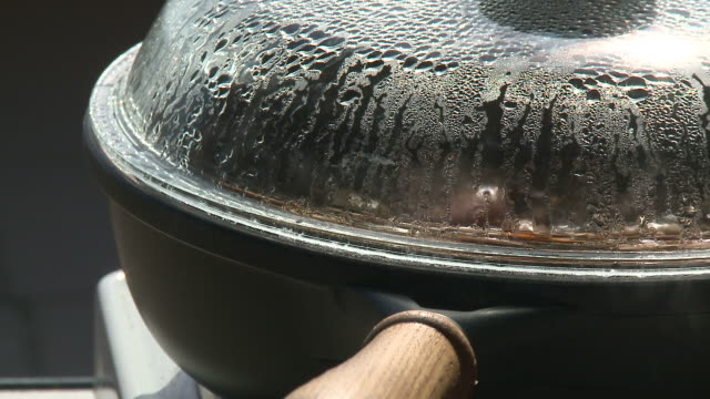 hd :クッキングのパン - キャンプ用ストーブ点の映像素材/bロール