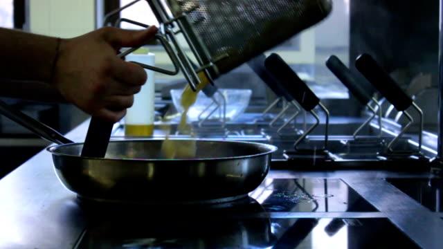 vídeos de stock, filmes e b-roll de massa de uma cozinha - comida salgada