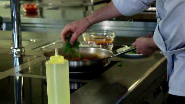 vídeos de stock, filmes e b-roll de culinária massa b - comida salgada