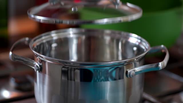 vidéos et rushes de pâtes de cuisson - eau bouillante dans la casserole - bouillant