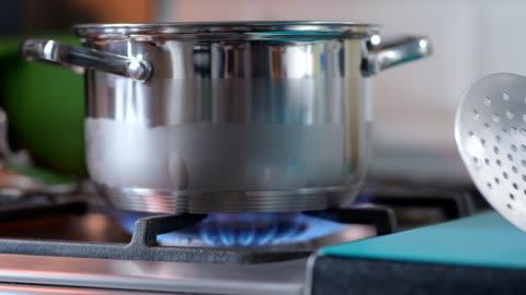 vídeos y material grabado en eventos de stock de cocinar pasta - agua hirviendo en la sartén - hervir