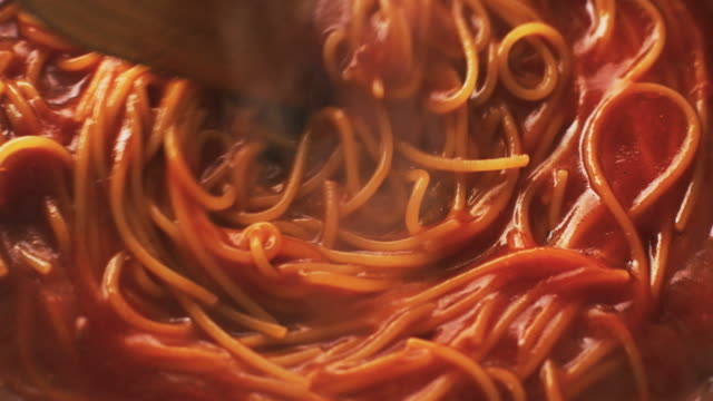 cooking pasta in sauce - pasta video stock e b–roll