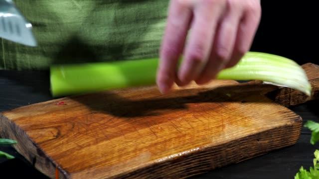 vídeos de stock, filmes e b-roll de cozinhar macarrão com legumes frescos - aipo