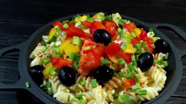 Het koken van pasta met verse groenten