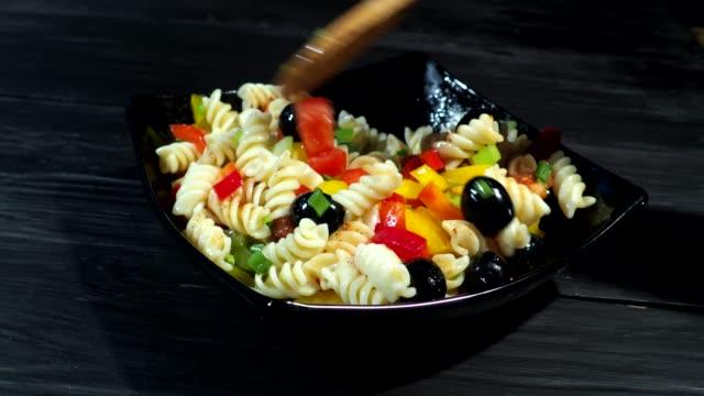 vidéos et rushes de cuisson des pâtes avec des légumes frais - salade