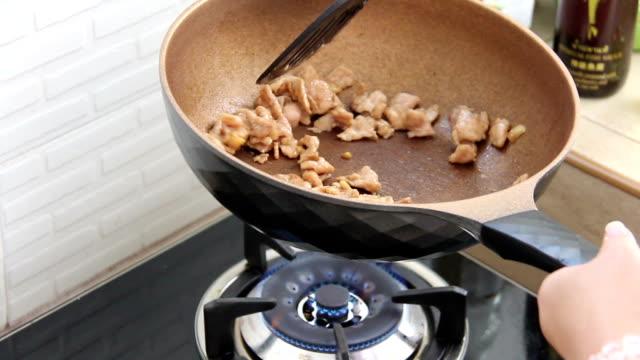schweinefleisch-slice in pfanne kochen - skillet cooking pan stock-videos und b-roll-filmmaterial