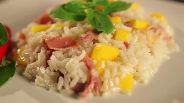 vídeos de stock, filmes e b-roll de cozinhar arroz - enfoque de objeto sobre a mesa
