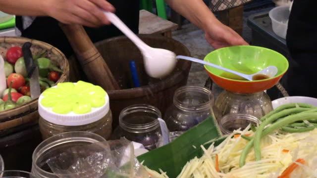 Koken Som Tam, kruidige salade, door mortier en een stamper, Hua Hin, Thailand.