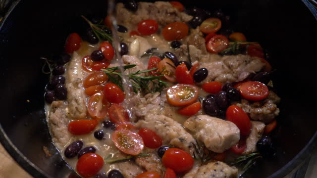 vidéos et rushes de cooking soup / stew with chicken, tomatoes, olives and rosemary - bol à soupe
