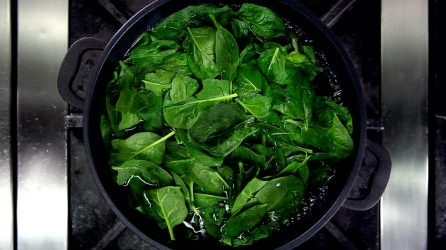 stockvideo's en b-roll-footage met cooking spinach - spinazie