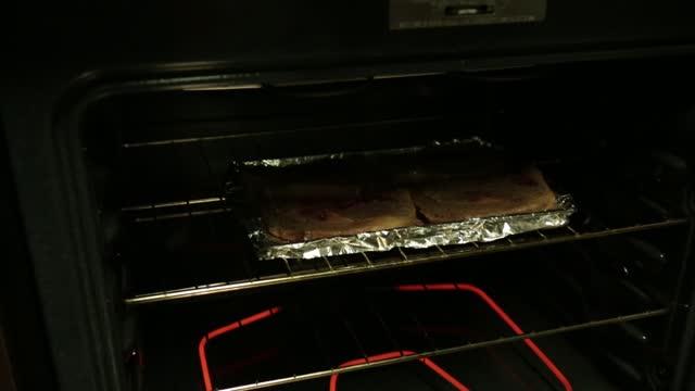 stockvideo's en b-roll-footage met steaks koken vanavond - vier dingen