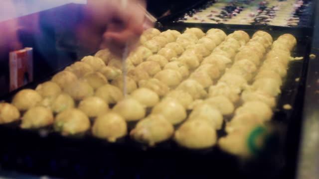 kochen takoyaki - präfektur osaka stock-videos und b-roll-filmmaterial