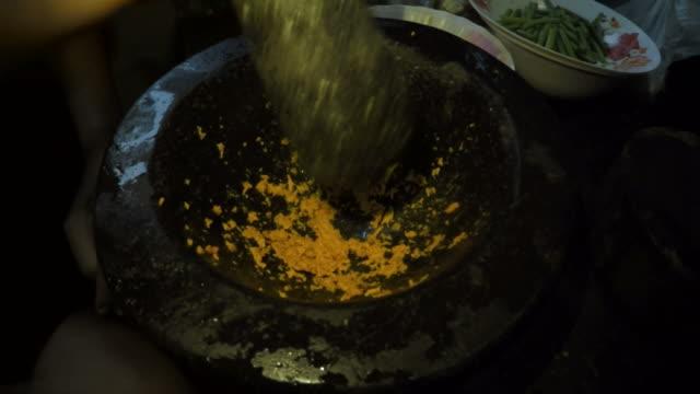 stockvideo's en b-roll-footage met cooking thai food - bestek