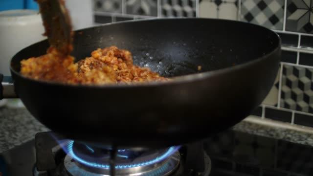 vídeos y material grabado en eventos de stock de cocinar comida tailandesa picante en la cocina - sartén