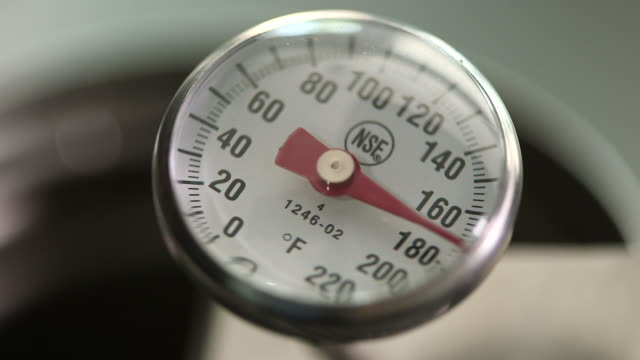 cooking thermometer reaches 170 degrees - messinstrument stock-videos und b-roll-filmmaterial