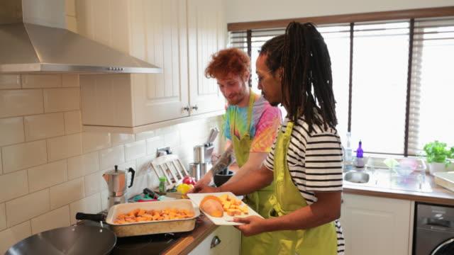 stockvideo's en b-roll-footage met koken samen in de keuken - roodhoofd