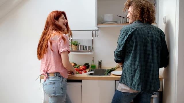 kochen zusammen - küche stock-videos und b-roll-filmmaterial