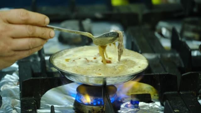 vidéos et rushes de cuisson de la soupe traditionnelle turque appelée beyran, beyran corbasi - bol à soupe