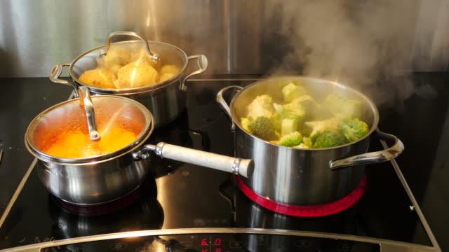Matlagning grönsaker för den Sunday Roast