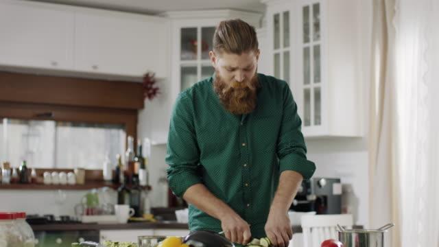 vídeos de stock e filmes b-roll de cooking! - domestic kitchen