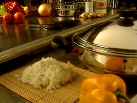 vidéos et rushes de cooking - un seul homme d'âge moyen